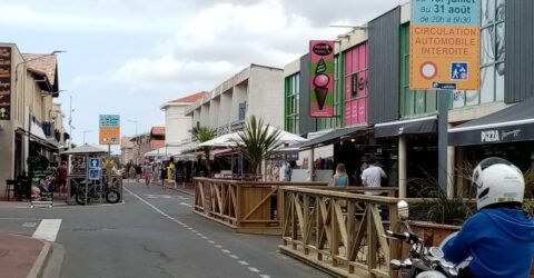 des panneaux informent de la fermeture de l'avenue du lieutenant Durand